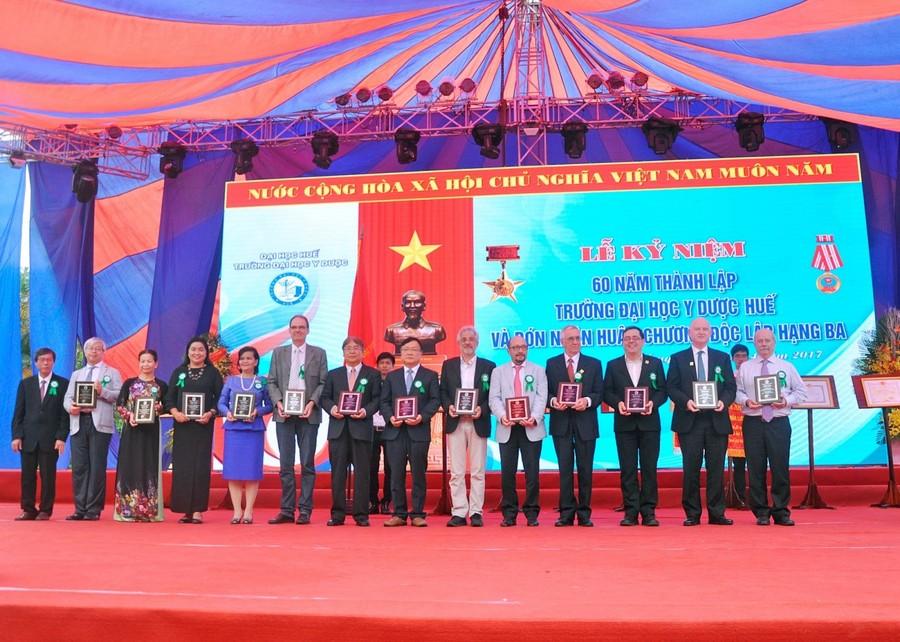 GS. Cao Ngọc Thành, Hiệu trưởng Trường ĐH Y Dược trao tặng Ghi nhận sự đóng góp của các đối tác quôc tế đối với Trường
