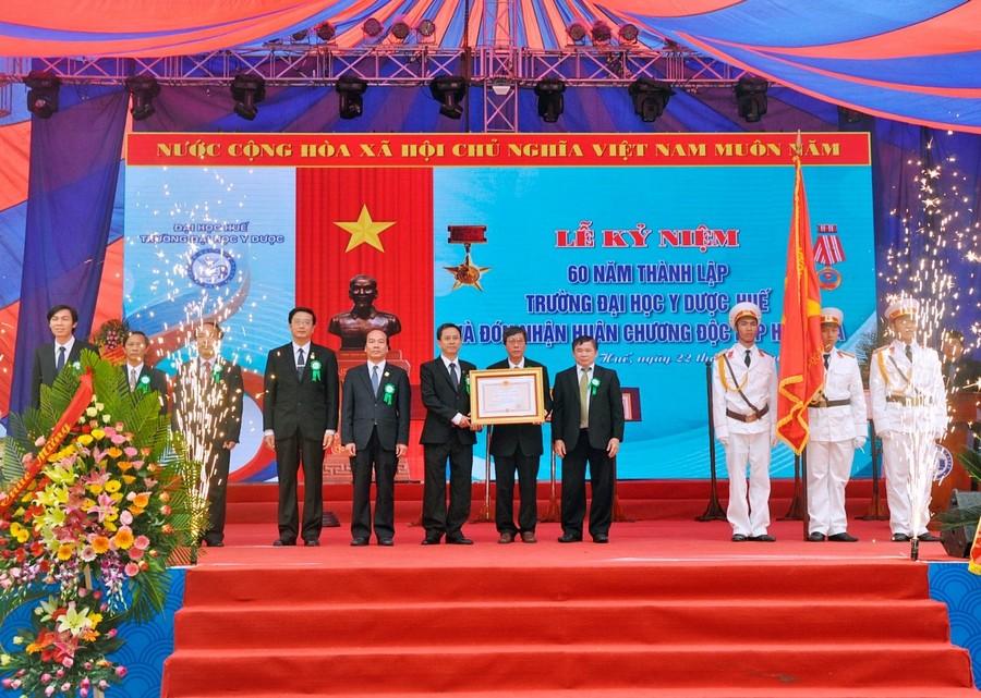 Trường ĐH Y Dược - Đại học Huế đón nhận Huân chương Độc lập hạng Ba nhân Kỷ niệm 60 năm thành lập Trường