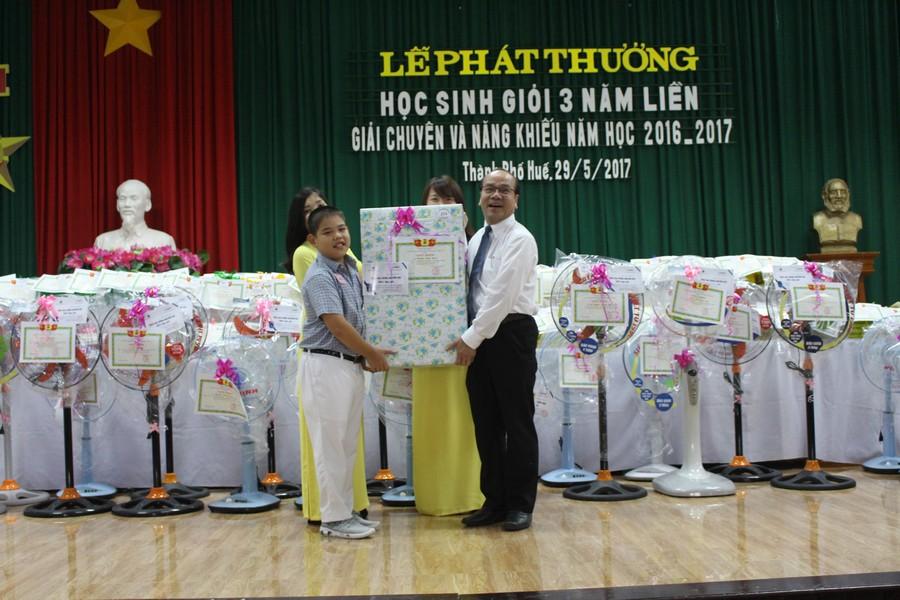GS.TS. Võ Tam, Phó Bí thư Đảng uỷ, Phó Hiệu trưởng Trường ĐHYD Huế biểu dương & tặng quà chúc mừng những thành tích xuất sắc của các cháu