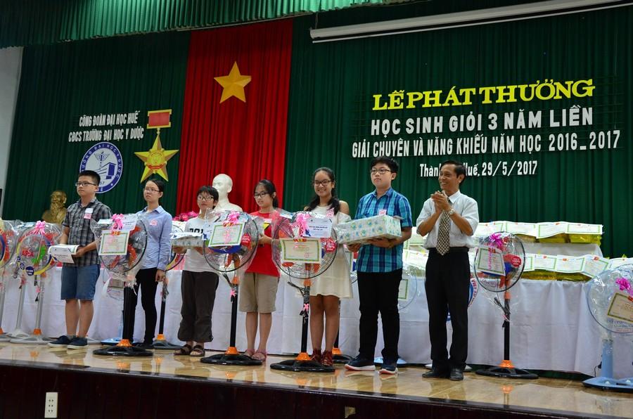 Đ/c Trần Văn Hoà, Chủ tịch Công đoàn trao phần thưởng cho các cháu đạt giải chuyên và năng khiếu