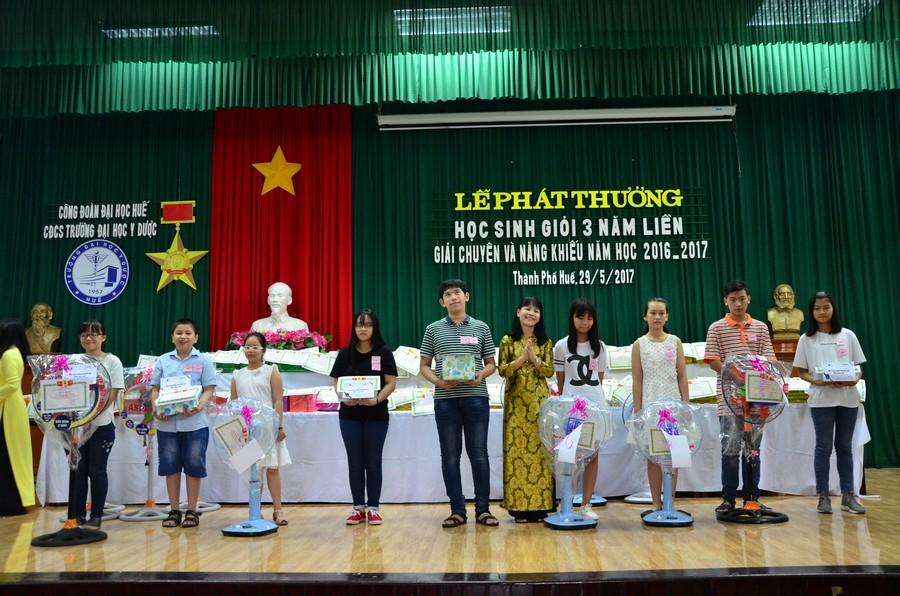 Đ/c Trần Thị Hoà, Trưởng Ban Nữ công trao phần thưởng cho các cháu đạt giải chuyên và năng khiếu