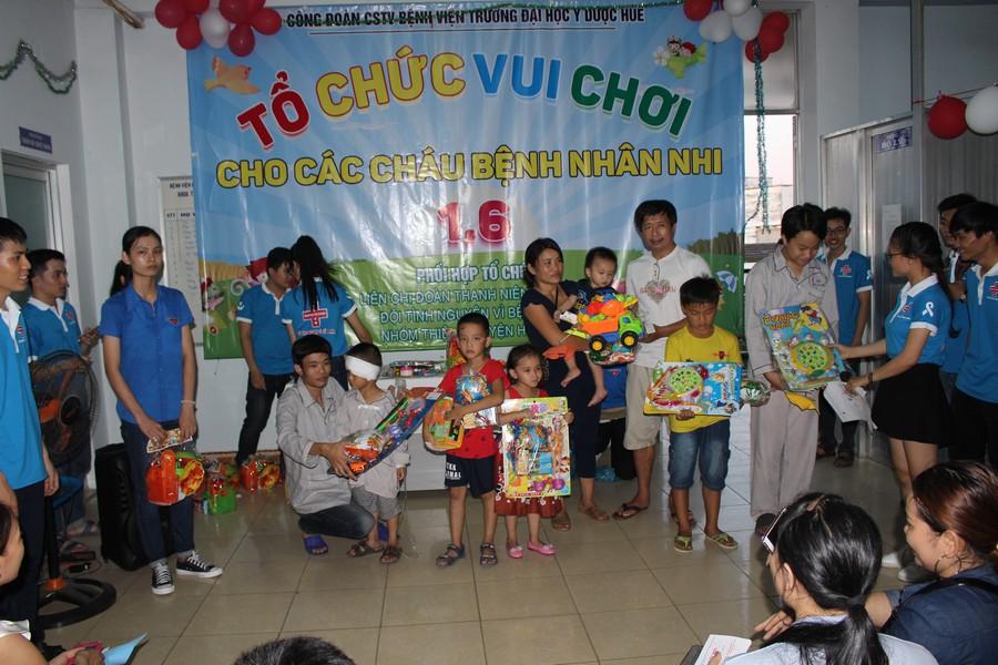 Tổ chức 1/6 và tặng quà cho bệnh nhi tại Bệnh viện trường Đại học Y Dược Huế