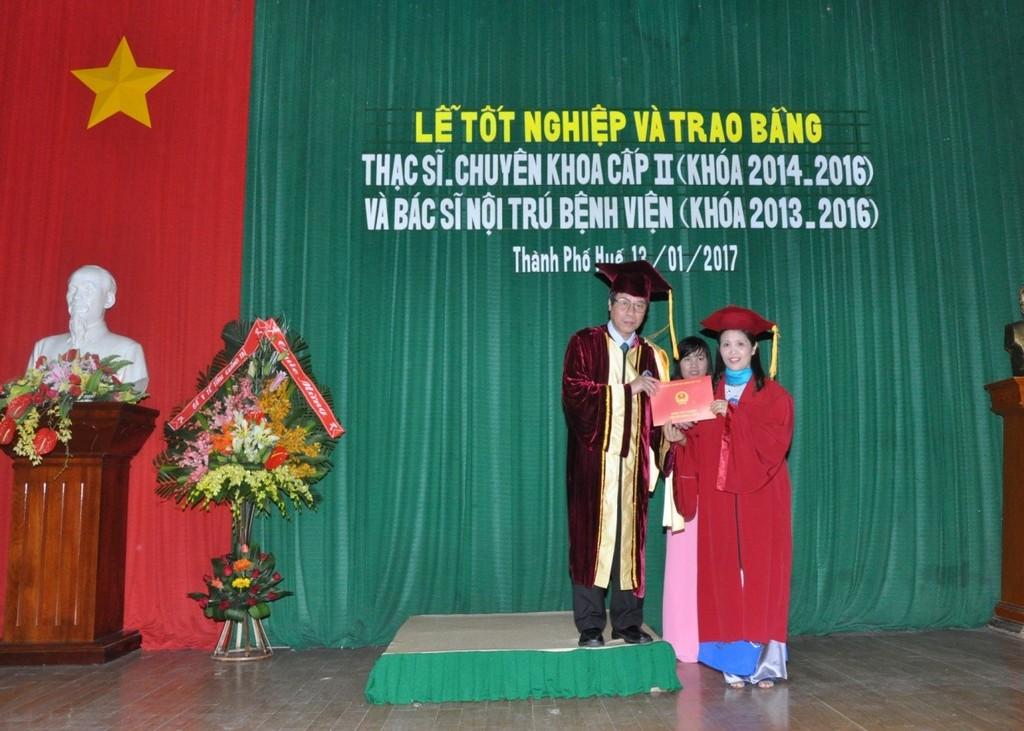 GS. Cao Ngọc Thành, Hiệu trưởng Trường Đại học Y Dược Huế trao bằng Thạc sĩ cho học viên.