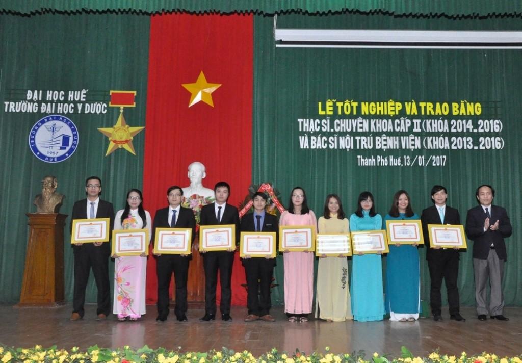 PGS.Nguyễn Khoa Hùng, Phó Hiệu trưởng trường ĐH Y Dược Huế trao giấy khen cho các học viên đã có thành tích xuất sắc trong học tập và quản lý lớp học.