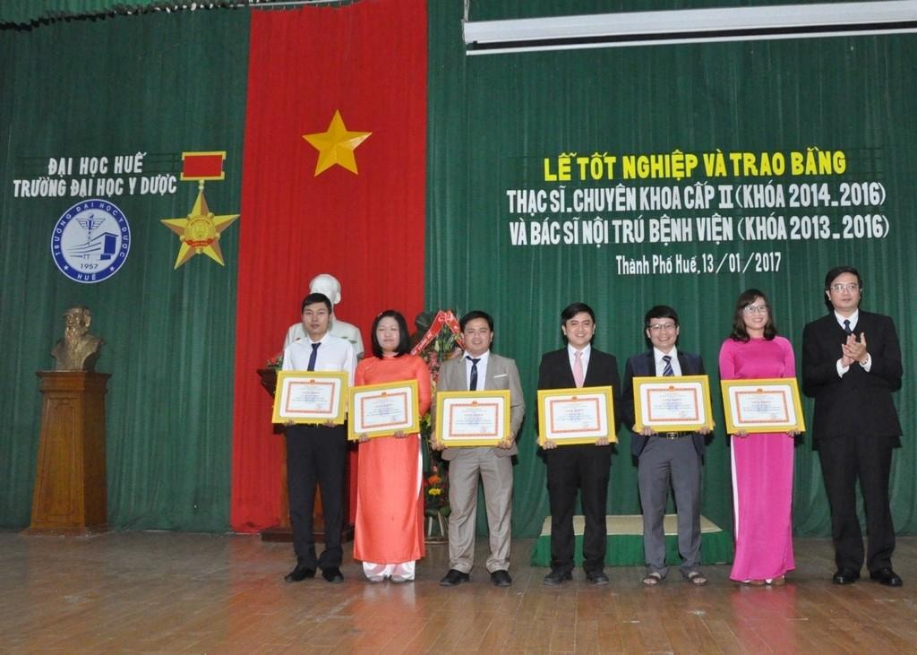 PGS.Nguyễn Vũ Quốc Huy, Phó Hiệu trưởng trường ĐH Y Dược Huế trao giấy khen cho các học viên đã có thành tích xuất sắc trong học tập và quản lý lớp.