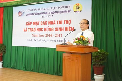 GS Võ Tam, Phó Hiệu trưởng phát biểu và cám ơn các nhà tài trợ tại buổi gặp mặt
