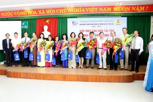 Đ/c Trần Văn Hòa, Chủ tịch công đoàn Trường tặng hoa và quà lưu niệm của Công đoàn các nhà tài trợ học bổng tại buổi gặp mặt.
