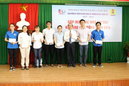 GS Võ Tam  trao học bổng Tôn thất Tuân cho sinh viên