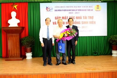 GS Võ Tam, Phó Hiệu trưởng và Đ/c Trần Văn Hòa, chủ tịch công đoàn  tặng hoa và quà lưu niệm cho GS Nguyễn Mậu Bành tại buổi gặp mặt.