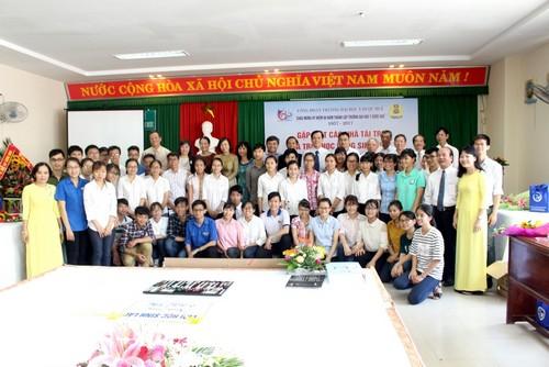 Các sinh viên được trao học bổng của Công đoàn nhân dịp kỷ niệm  60 năm thành lập Trường Đại học Y Dược Huế