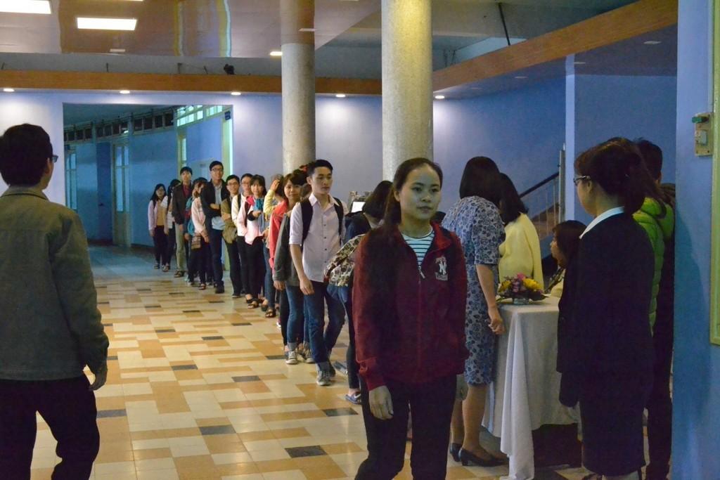 """Đông đảo các bạn sinh viên đến tham gia buổi tọa đàm """" Như trái tim từ mẫu"""" tại Trường Đại học Y Dược Huế."""