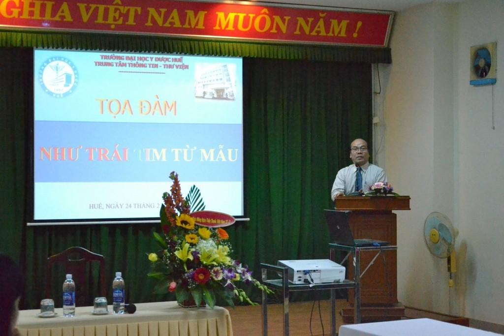 GS.Võ Tam, Phó Hiệu trưởng Trường phát biểu tại buổi tọa đàm.