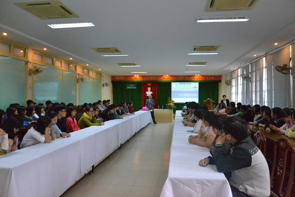 Buổi tọa đàm dưới sự dẫn dắt của GS. Hoàng Khánh, Nguyên trưởng Bộ môn Nội được đông đảo các bạn sinh viên tham gia.