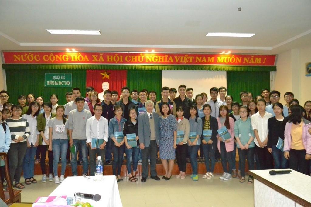 Các thầy cô và các bạn sinh viên cùng chụp ảnh lưu niệm tại buổi tọa đàm.