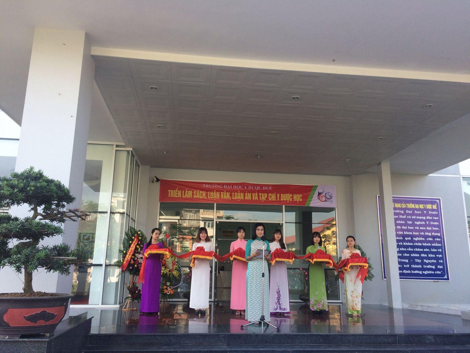 hS. Nguyễn Thị Bích Hằng, Giám đốc TT-TT-Thư viện phát biểu tại buổi lễ khai mạc triển lãm