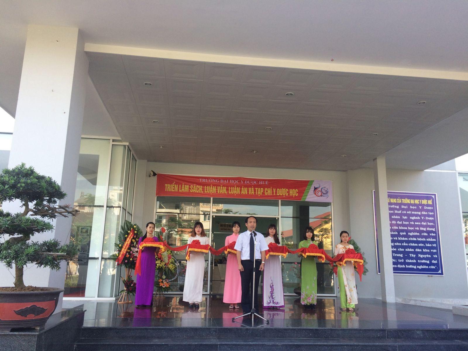 PGS.TS Nguyễn Khoa Hùng-Phó hiệu trưởng phát biểu tại buổi lễ khai mạc triển lãm