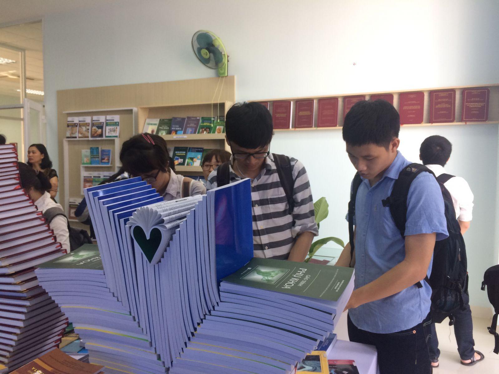 Các bạn sinh viên, học viên đến tham quan triển lãm