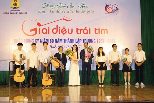 """Tốp ca """"Hãy nhìn vào mắt nhau"""" một sáng tác của BS Trần Văn Hòa"""