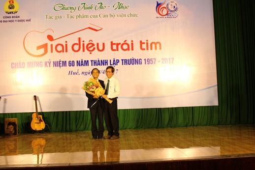 GS. Cao Ngọc Thành - Hiệu trưởng, tặng hoa cho ban tổ chức
