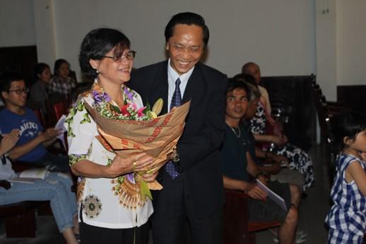 Công đoàn Trường tặng hoa cho vợ của cố BS Nguyễn Phương Căn