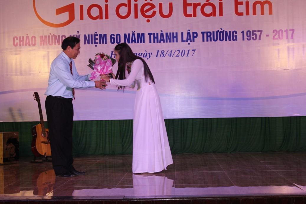 """BS Phan Long Nhơn với  nhạc phẩm """"Màu áo em"""" do ca sĩ Minh Khánh thể hiện"""