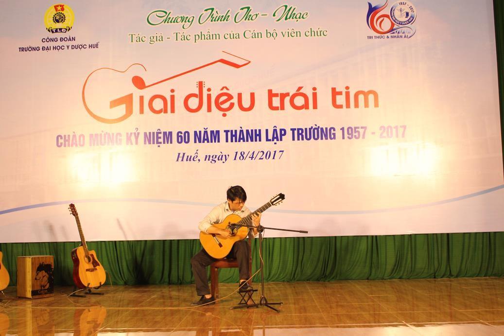 """Độc tấu guitar """"Romance – Cavatina"""" do PGS Lê Nghi Thành Nhân biểu diễn"""