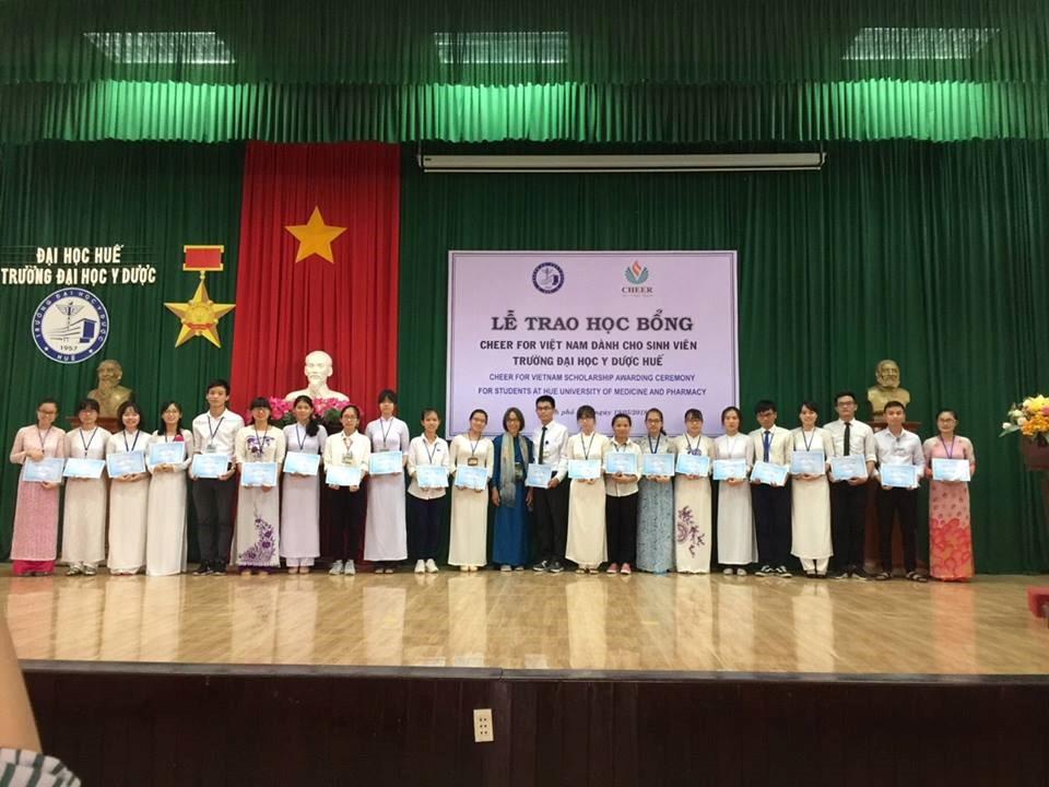 TS. Đoàn Thị Nam Hậu- Chủ tịch quỹ Cheer for Vietnam chụp hình cùng các bạn sinh viên nhận học bổng