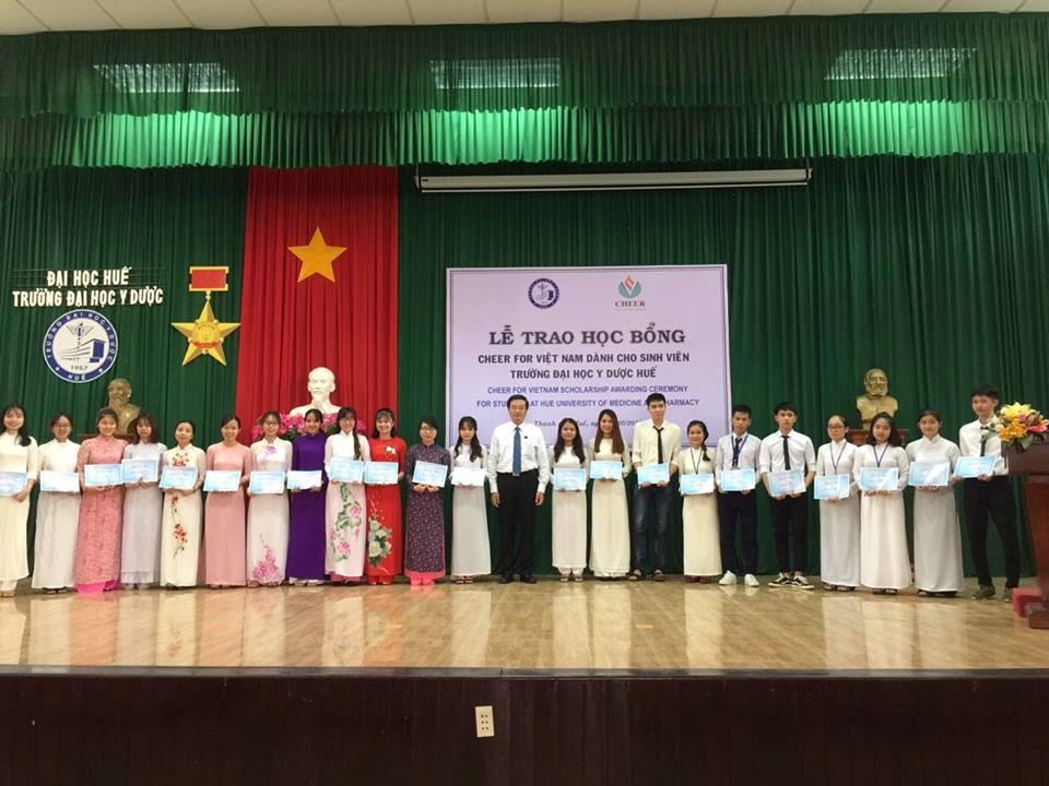 PGS.TS. Nguyễn Vũ Quốc Huy- Phó HIệu trưởng Trường Đại học Y Dược Huế trao học bổng cho sinh viên
