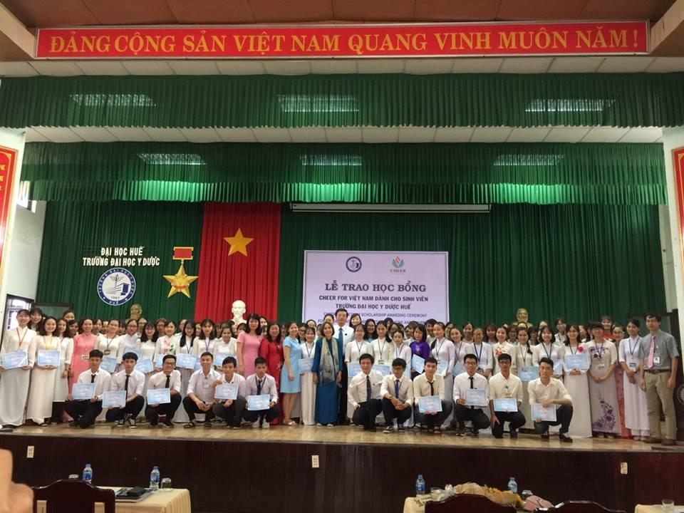 PGS. Nguyễn Vũ Quốc Huy và TS. Đoàn Thị Nam Hậu và các đại biểu chụp hình lưu niệm với các sinh viên nhận học bổng Cheer 2018