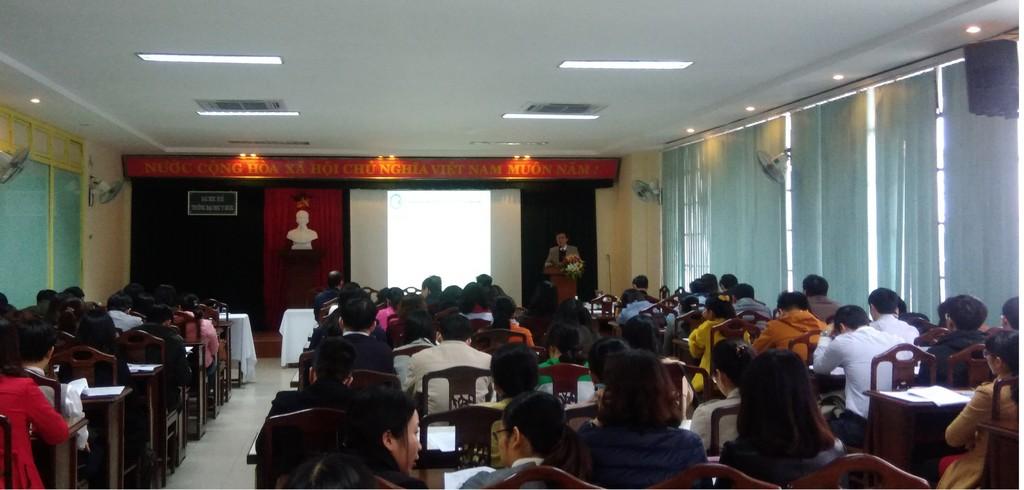 TS. Nguyễn Văn Hùng, Trưởng Phòng CTSV báo cáo các nội dung về công tác GVCN/CVHT năm học 2017-2018 và phương hướng công tác GVCN/CVHT năm học 2018-2019