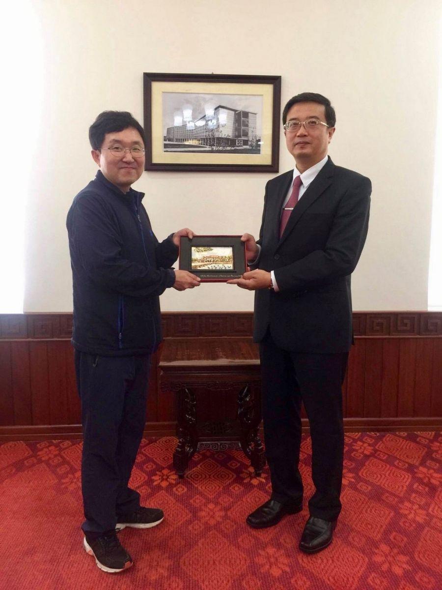 PGS. Nguyễn Vũ Quốc Huy Phó Hiệu trưởng - Phụ trách Trường Đại học Y Dược Huế tặng quà lưu niệm cho Ngài Kim Yong Tae, Đại biểu Quốc hội Hàn quốc