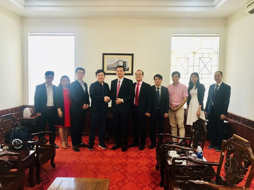 Ngài Kim Yong Tae, Đại biểu Quốc hội Hàn quốc chụp hình lưu niệm với lãnh đạo và cán bộ Trường Đại học Y Dược Huế