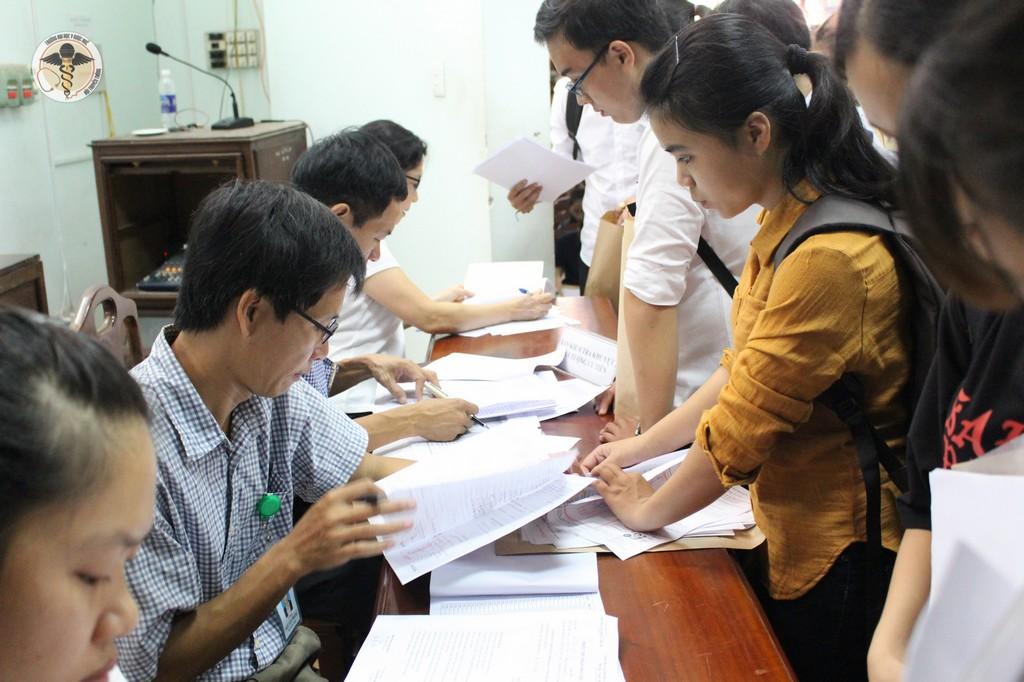 Các bạn tân sinh viên lần lượt làm thủ tục nhập học