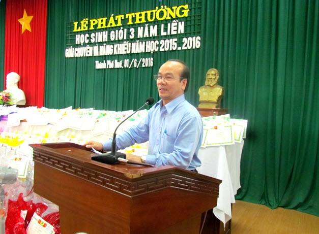 PGS.TS. Võ Tam, Phó Bí thư Đảng uỷ, Phó Hiệu trưởng Trường ĐHYD Huế biểu dương những thành tích xuất sắc của các cháu