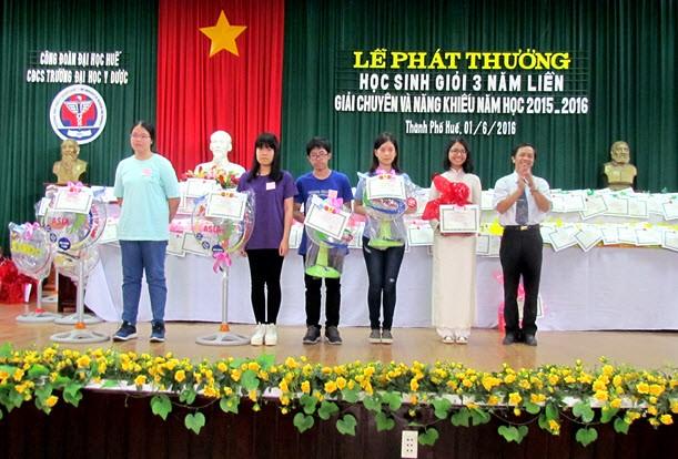 Đ/c Trần Văn Hoà, Chủ tịch Công đoàn trao phần thưởng cho các cháu đạt giải chuyên và năng khiếu cấp III