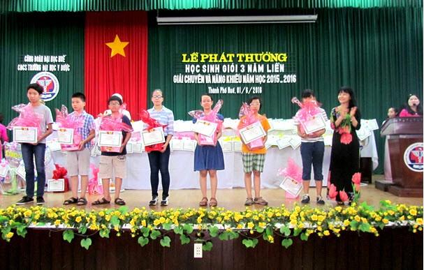 Đ/c Trần Thị Hoà, Trưởng Ban Nữ công trao phần thưởng cho các cháu đạt giải chuyên và năng khiếu cấp II