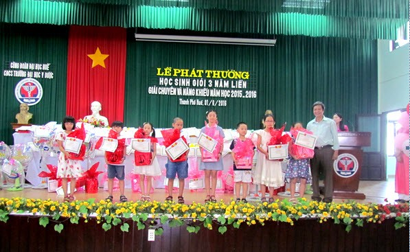 Đ/c Trần Thanh Phước, Phó Chủ tịch Công đoàn trao phần thưởng cho các cháu đạt giải chuyên và năng khiếu cấp I