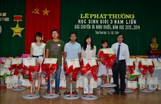 Công đoàn Trường Đại học y dược Huế tổ chức lễ phát thưởng học sinh giỏi cho con cán bộ công chức nhân ngày quốc tế thiếu nhi